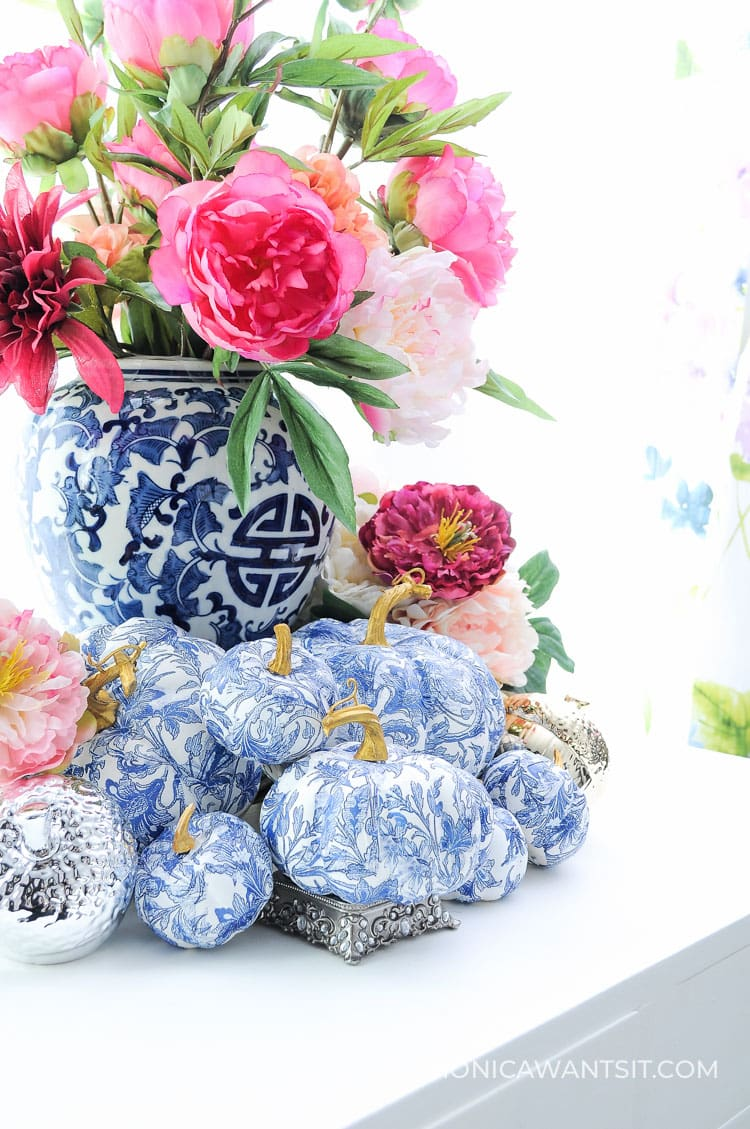 DIY pumpkins: blue and white affordable tutorial for chinoiserie chic style